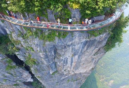 В Китае открыли стеклянный мост «Извивающийся дракон» над обрывом скалы