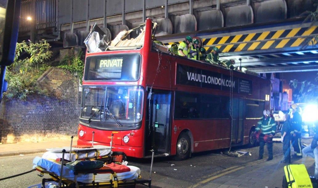 В Лондоне снесло крышу двухэтажному автобусу