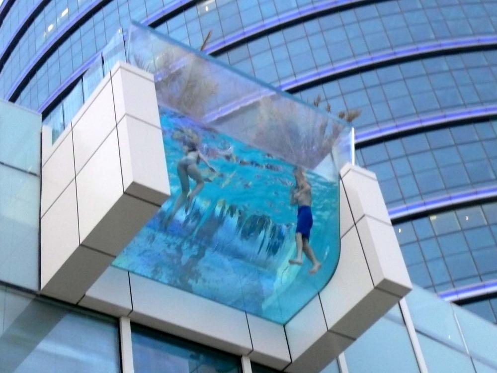 10 самых безумных бассейнов в мире
